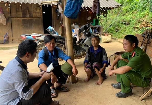 Phóng viên (ngoài cùng bên trái) trao đổi cùng cán bộ và người dân thôn Pú Vá