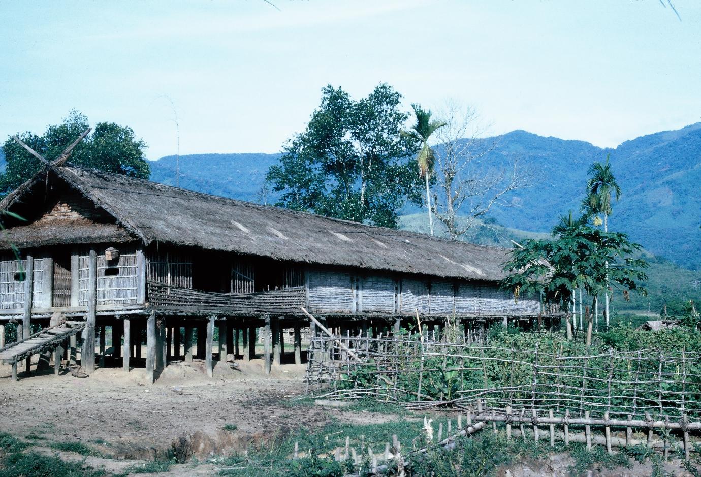 Nhà sàn Ba Na, 1964 (Ảnh tư liệu của BT Đắk Lắk)