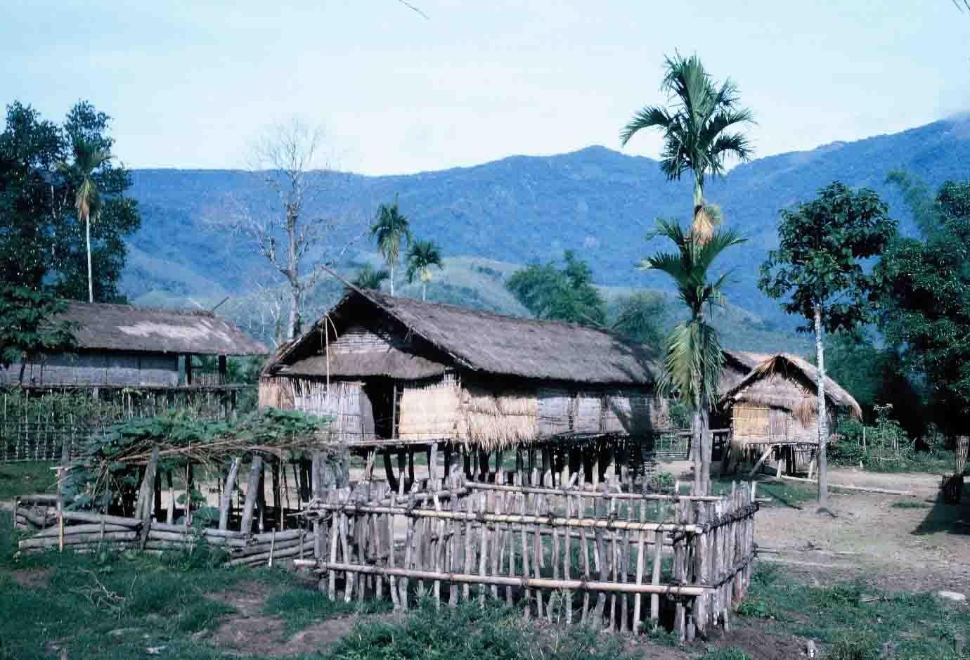 Nhà của đồng bào Hrê (Ảnh tư liệu của Bảo tàng Đắk Lắk)