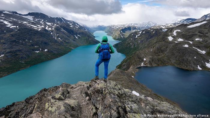 Khu công viên quốc gia này có diện tích lên đến 3.500 km2 và là khu bảo tồn thiên nhiên ở miền nam Na Uy. Đây là địa điểm lý tưởng đối với du khách muốn khám phá phong cảnh núi non hùng vĩ. Vườn quốc gia Jotunheimen cũng có rất nhiều hồ nước đẹp, nổi bật là hồ Gjende với làn nước xanh ngọc từ những tảng băng tan.