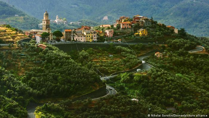 Vùng duyên hải này nằm ở Liguria, tây bắc Italy. Cinque Terre nổi tiếng với các khu làng đẹp nên thơ, cùng các cung đường mòn lớn. Được UNESCO công nhận là Di sản thế giới vào năm 1997, Cinque Terre là địa điểm lý tưởng cho nghỉ dưỡng, khám phá thiên nhiên