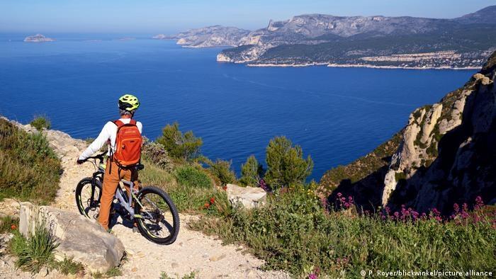 Vườn quốc gia Calanques kéo dài từ phạm vi thành phố Marseille đến tận phía nam thị trấn Cassis, bao gồm một con vịnh hẹp, với những khối đá tự nhiên hình thành. Nếu bạn là người yêu thiên nhiên và có đam mê leo núi hay đạp xe, đây là địa điểm không thể bỏ qua.