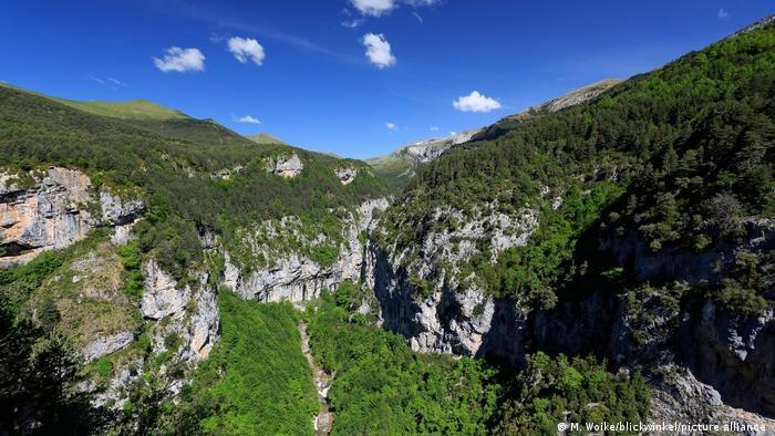 Nằm trên dãy núi Pyrenees, vườn Quốc gia Ordesa y Monte Perdido nổi tiếng với các thung lũng dốc thoải và những đỉnh núi đầy tuyến trắng. Đây là nơi rất thích hợp cho hoạt động đi bộ, khám phá thiên nhiên hoang dã hay đơn giản chỉ là ngắm cảnh.