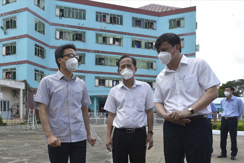 Phó Thủ tướng Vũ Đức Đam thị sát Bệnh viện dã chiến điều trị bệnh nhân COVID-19 Bình Chánh số 1 với khoảng 1.000 giường điều trị cho các F0 có triệu chứng nhẹ, có trang bị hệ thống oxy tập trung, máy thở oxy dòng cao (HFNC)… - Ảnh: VGP/Đình Nam