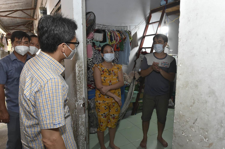 Phó Thủ tướng Vũ Đức Đam thăm hỏi, chia sẻ khó khăn với người lao động ở một khu trọ trên địa bàn xã Vĩnh Lộc B, huyện Bình Chánh - Ảnh: VGP/Đình Nam