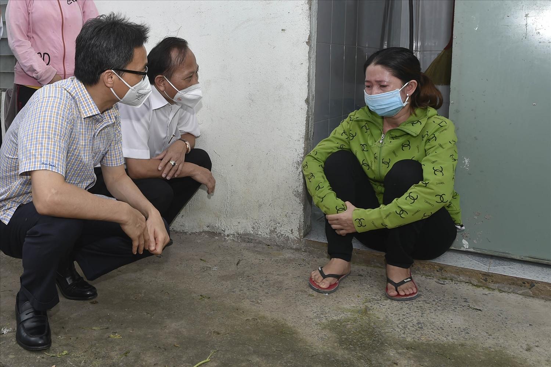 """Phó Thủ tướng Vũ Đức Đam hỏi chuyện một người lao động từ Đồng Tháp lên TP.HCM tìm việc thì bị """"kẹt lại"""" thành phố trong suốt mấy tháng giãn cách vừa qua - Ảnh: VGP/Đình Nam"""