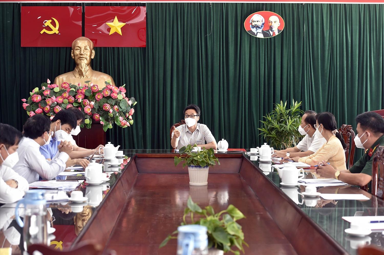 Phó Thủ tướng Vũ Đức Đam đề nghị huyện Bình Chánh cần tiếp tục bám sát thực tiễn, có những giải pháp chủ động, linh hoạt trong phòng, chống dịch - Ảnh: VGP/Đình Nam