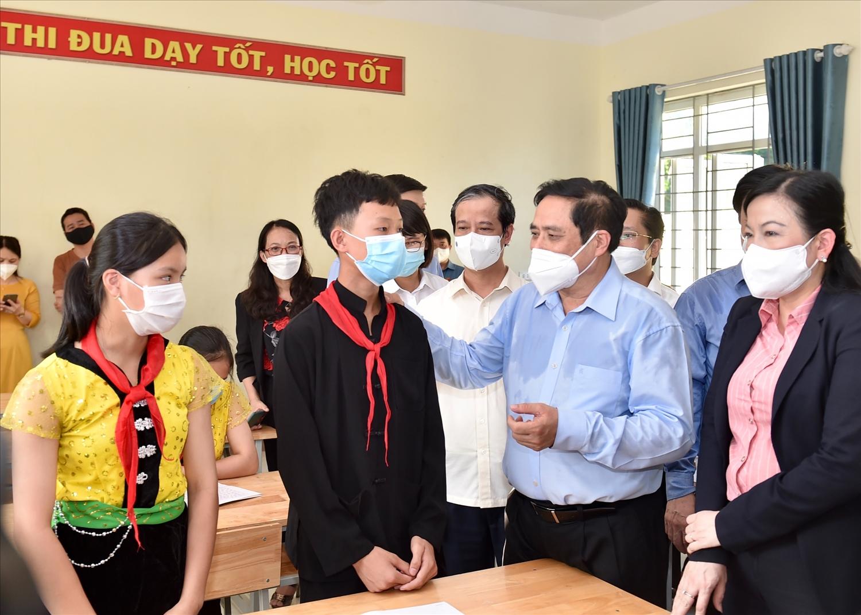 Thủ tướng thăm hỏi, động viên các học sinh tại Trường Phổ thông Dân tộc nội trú THCS Định Hoá - Ảnh: VGP