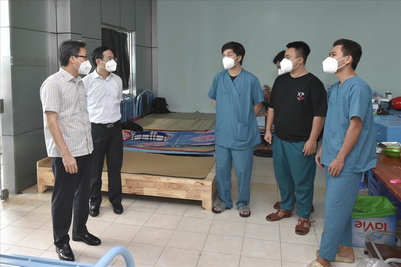 Phó Thủ tướng Vũ Đức Đam động viên các y, bác sĩ Bệnh viện dã chiến điều trị bệnh nhân COVID-19 Bình Chánh số 1 - Ảnh: VGP/Đình Nam