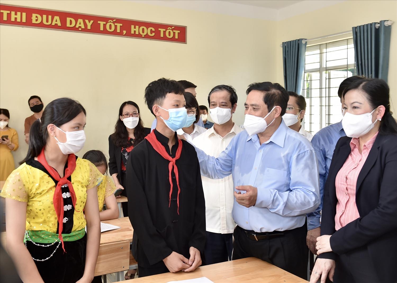 Thủ tướng thăm hỏi, động viên các thầy cô, học sinh Trường Phổ thông Dân tộc nội trú THCS Định Hóa - Ảnh: VGP/Nhật Bắc