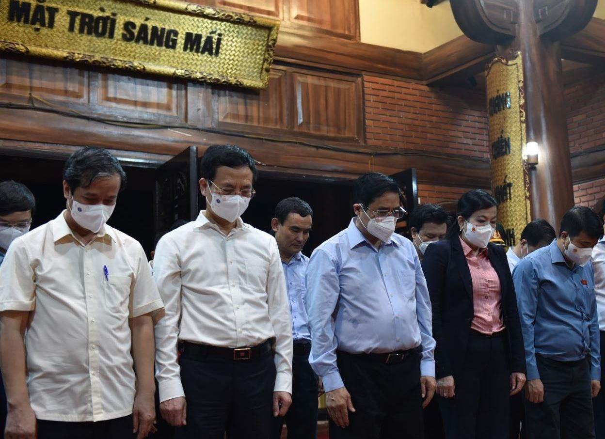 Thủ tướng Chính phủ và các thành viên trong Đoàn bày tỏ lòng biết ơn vô hạn đối với Chủ tịch Hồ Chí Minh vĩ đại - Ảnh: VGP/Nhật Bắc