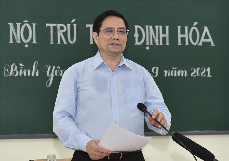 Thủ tướng làm việc với lãnh đạo các huyện, xã của tỉnh tại điểm cầu ngay trong phòng học đơn sơ của Trường phổ thông Dân tộc nội trú THCS Định Hóa - Ảnh: VGP/Nhật Bắc