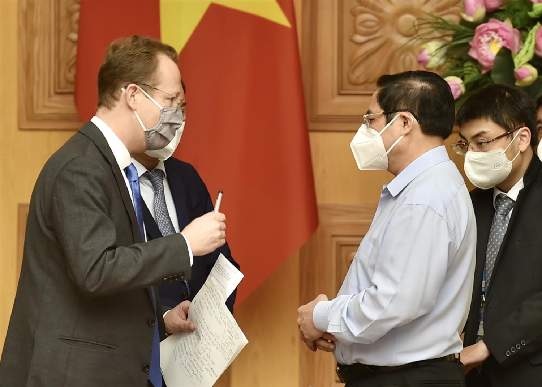Thủ tướng Chính phủ Phạm Minh Chính trao đổi với ông Christopher Klein, Đại biện Đại sứ quán Hoa Kỳ - Ảnh: VGP/Nhật Bắc