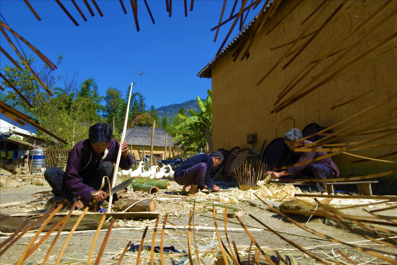 Người Hà Nhì làm nghề thủ công từ tre, mây, nứa, các loại dây rừng để tạo ra các sản phẩm Người Hà Nhì làm nghề thủ công từ tre, mây, nứa, các loại dây rừng để tạo ra các sản phẩm