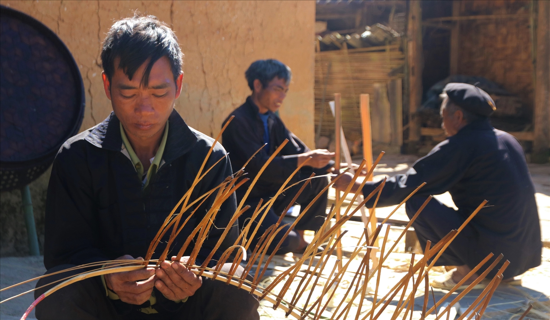 Những người đàn ông vừa thực hiện các công đoạn đan lát, vừa truyền cho nhau kinh nghiệm để làm ra những sản phẩm đẹp nhất