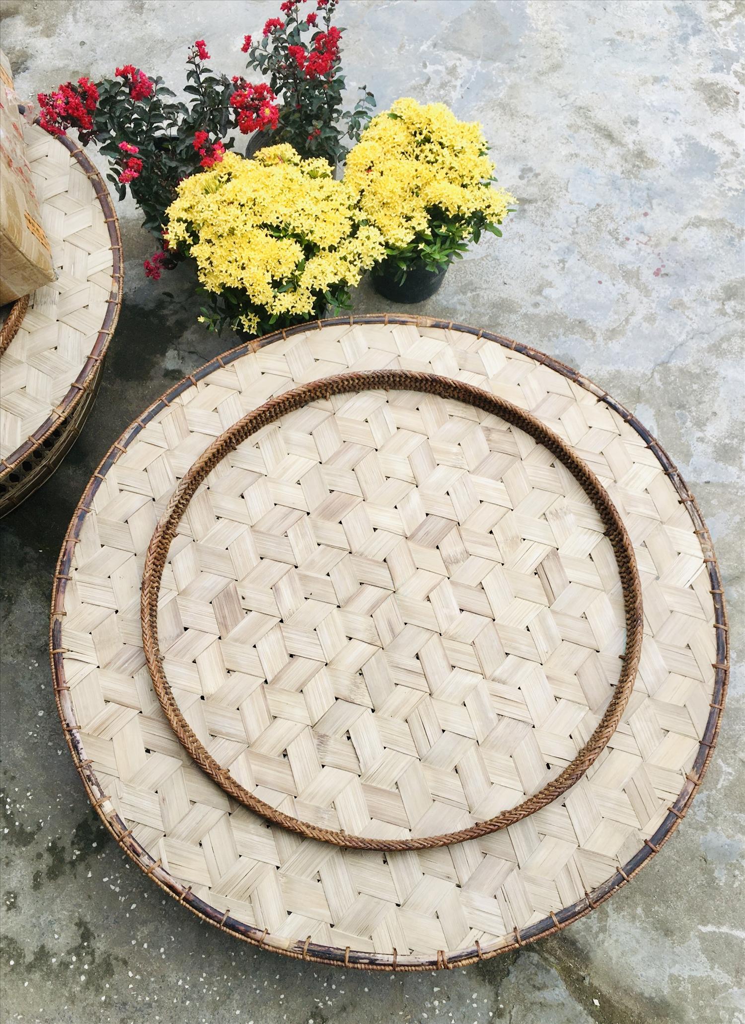 Chiếc mâm ăn cơm được làm ra từ đôi bàn tay khéo léo của người đàn ông Hà Nhì.