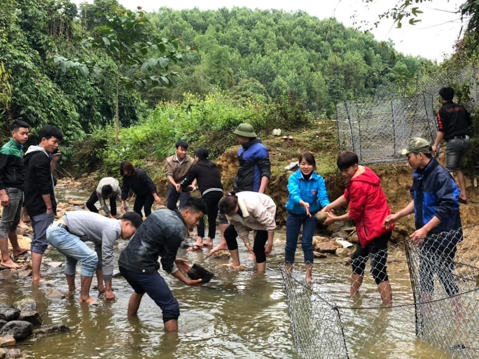 Người dân Tuyên Quang tham gia dọn vệ sinh khu vực lòng suối bảo đảm an ninh nguồn nước