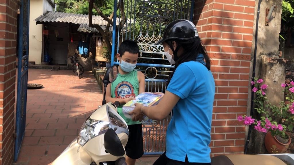 Shiper áo xanh xã Kim Sơn (huyện Gia Lâm) giao sách cho học sinh trên địa bàn