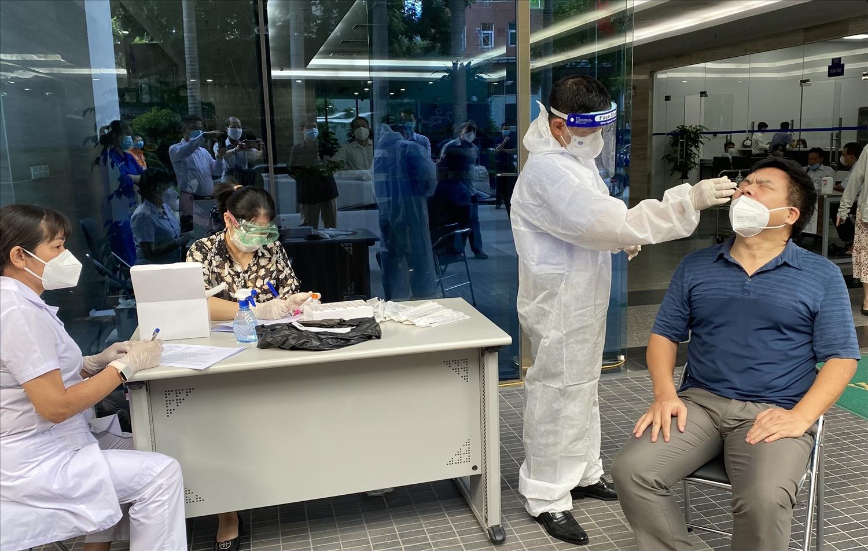 Test nhanh mẫu Covid-19 cho cán bộ tại trụ sở cơ quan UBDT