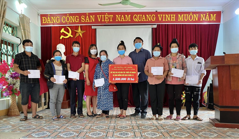 Thừa ủy quyền của Bộ trưởng, Chủ nhiệm UBDT, Lãnh đạo Ban Dân tộc tỉnh Điện Biên trao quà cho đại diện gia đình có người mắc Covid-19 trên địa bàn tỉnh
