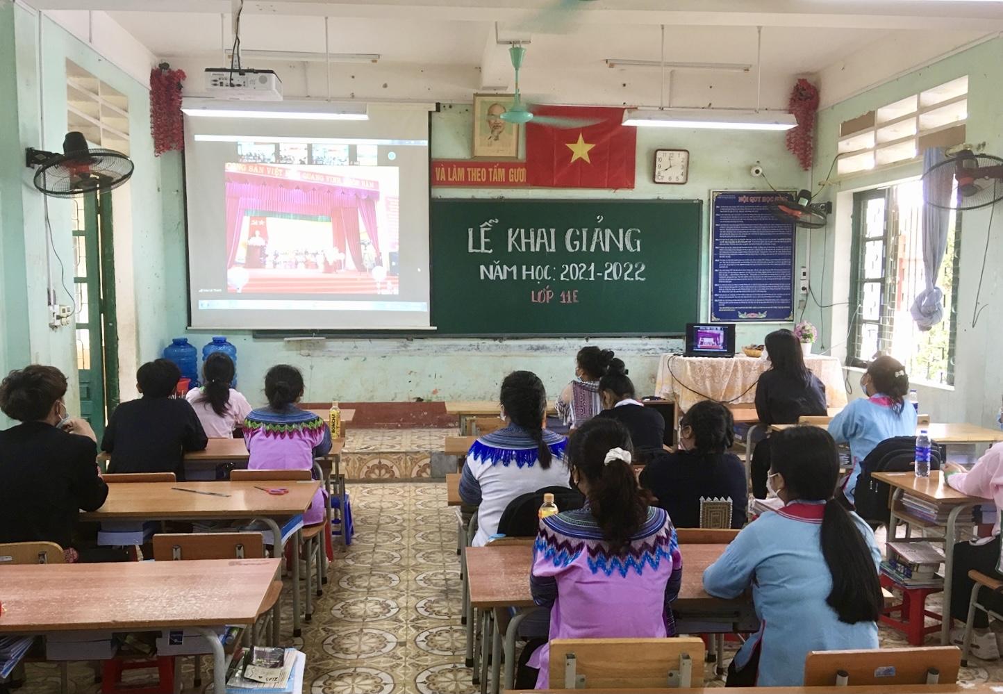 Học sinh DTTS theo dõi Lễ Khai giảng trực tuyến tại lớp học. (Ảnh: Trọng Bảo)