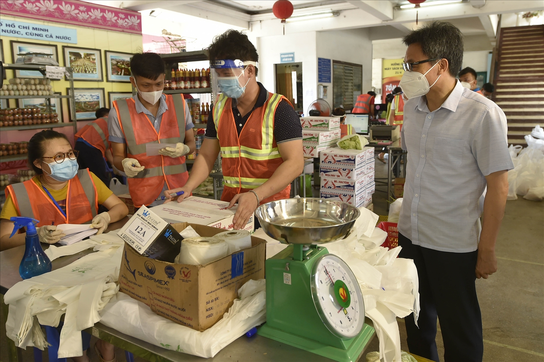 Phó Thủ tướng đánh giá cao cách làm chủ động, sáng tạo của quận 5 trong việc đáp ứng nhu cầu lương thực, thực phẩm của người dân trong thời gian giãn cách. (Ảnh: VGP/Đình Nam)