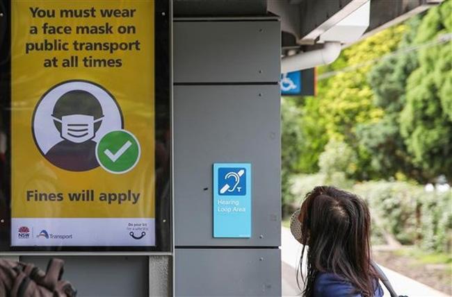 Bảng khuyến cáo người dân đeo khẩu trang phòng lây nhiễm COVID-19 tại Sydney (Australia). (Ảnh: THX/TTXVN)