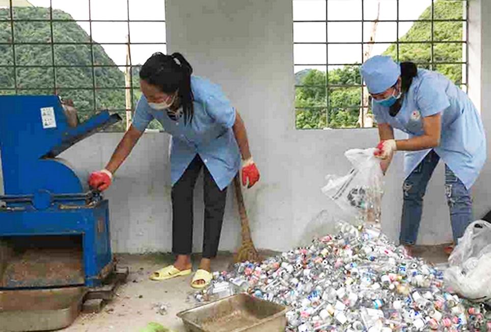Cán bộ Trung tâm Y tế huyện Sìn Hồ (Lai Châu) đang xử lý rác thủy tinh