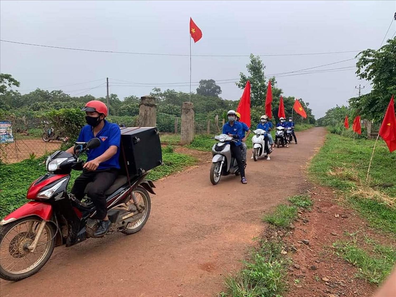 Đoàn thanh niên huyện Cư M'gar chở loa di động đi tuyên truyền