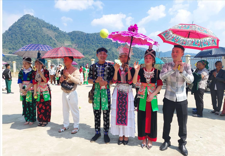 Đám cưới của các cặp đôi trai gái người Mông thường diễn ra sau những ngày ném pao