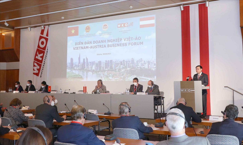Chủ tịch Quốc hội Vương Đình Huệ phát biểu tại Diễn đàn doanh nghiệp Việt – Áo. Ảnh: Doãn Tấn