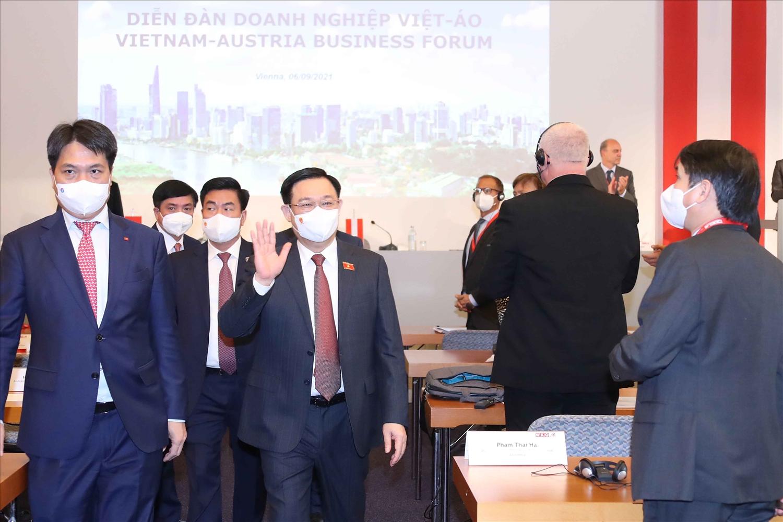 Chủ tịch Quốc hội Vương Đình Huệ cùng Đoàn đại biểu cấp cao Quốc hội Việt Nam tham dự Diễn đàn doanh nghiệp Việt – Áo. Ảnh: Doãn Tấn