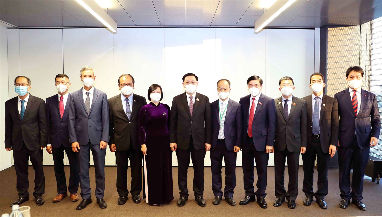 Chủ tịch Quốc hội Vương Đình Huệ cùng các Đại sứ Việt Nam tại các nước khu vực châu Âu. Ảnh VGP