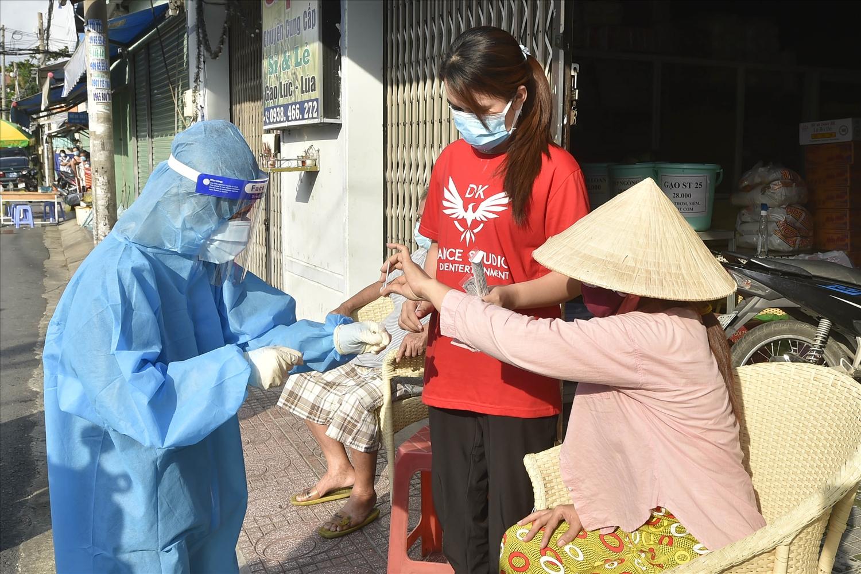 Nhiều người dân đã thực hiện lấy mẫu tại nhà dưới sự giám sát của nhân viên y tế sau yêu cầu của Phó Thủ tướng. Ảnh: VGP/Đình Nam
