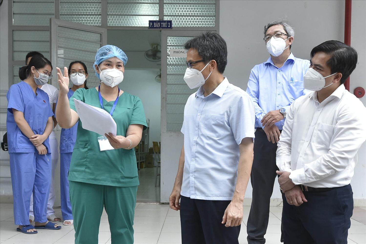Phó Thủ tướng Vũ Đức Đam mong muốn các y, bác sĩ tại khu cách ly Phước Kiển tiếp tục nỗ lực, cố gắng phấn đấu để tỷ lệ F0 phải chuyển tuyến dưới 2%. Ảnh: VGP/Đình Nam