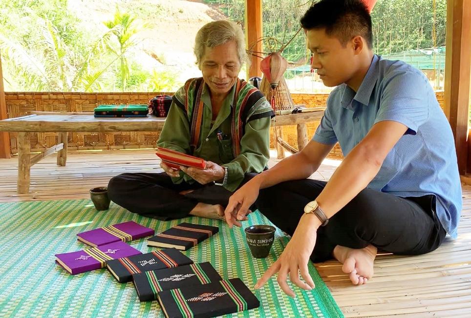 Anh Hiển cùng già làng Br'íu Pố, cũng là người thầy đầu tiên trong trường đời trao đổi về các loại cây dược liệu