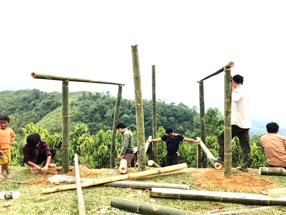 Đoàn viên thanh niên khu Lùng Ác 2, bản Tổng Kim và xã Vĩnh Yên cùng nhau dựng chòi thu sóng.