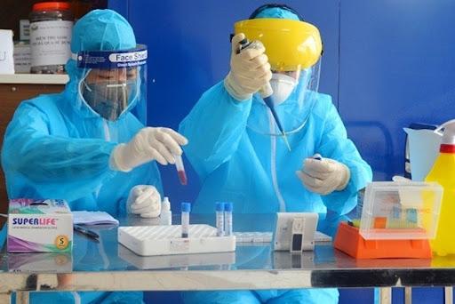 Nhân viên y tế sàng lọc xét nghiệm virus SARS-CoV-2