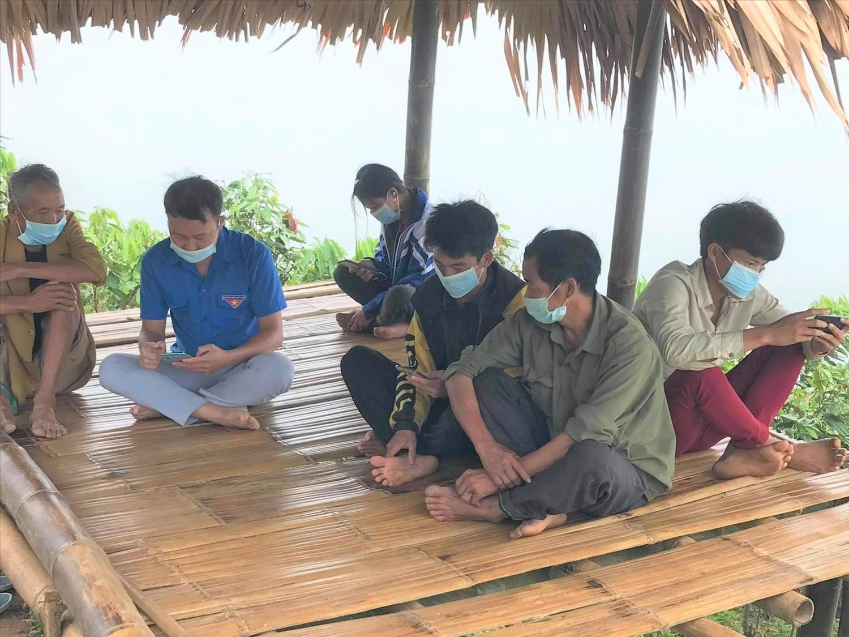 Chòi thu sóng đã tạo điều kiện để đoàn viên, thanh niên và người dân khu Lùng Ác 2 truy cập thông tin kịp thời.