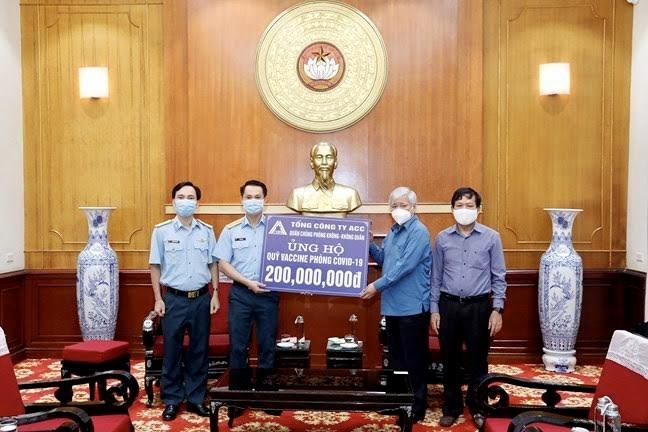 Bí thư Trung ương Đảng, Chủ tịch Ủy ban Trung ương MTTQ Việt Nam Đỗ Văn Chiến tiếp nhận ủng hộ từ Tổng Công ty ACC (Quân chủng Phòng không - Không quân)