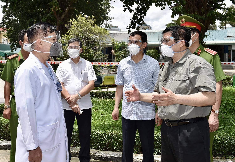 Thủ tướng Phạm Minh Chính kiểm tra Bệnh viện dã chiến điều trị COVID-19 Quân dân y Miền Đông (TP Thủ Đức, TP Hồ Chí Minh) và động viên đội ngũ y bác sĩ đang làm việc tại đây, ngày 26/8 vừa qua. - Ảnh: VGP/Nhật Bắc