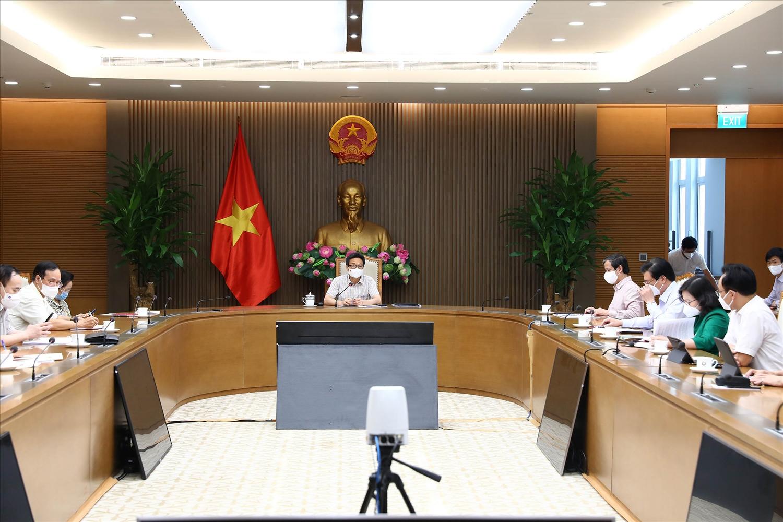 Tại cuộc làm việc, đại diện Đài Truyền hình Việt Nam, Truyền hình Thông tấn, Đài Truyền hình kỹ thuật số, Truyền hình Nhân dân, Đài Tiếng nói Việt Nam… cho rằng Bộ GD&ĐT phải chủ trì phân vai cho từng kênh phát sóng các khối việc dạy học trên từng kênh truyền hình. Ảnh: VGP/Đình Nam
