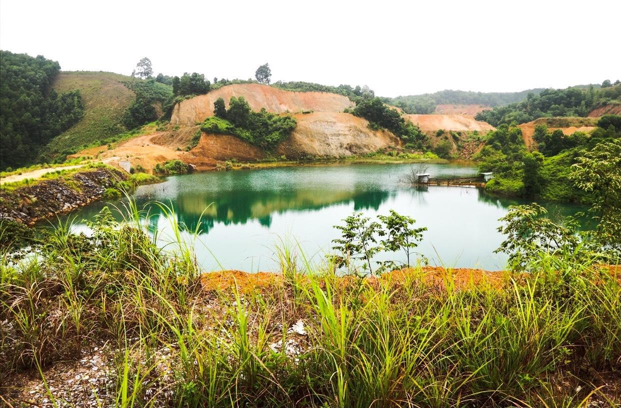 Nước tại hồ thủy lợi Nhân Nghĩa bị ô nhiễm có màu xanh đen nên người dân không thể nuôi trồng thủy sản