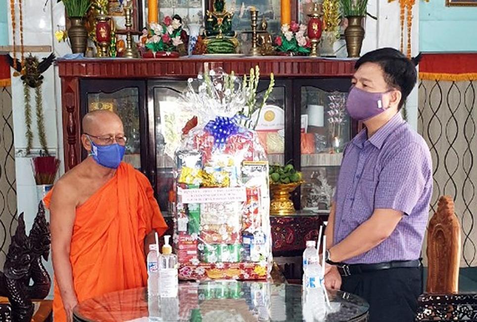 Ông Nguyễn Bình Tân, Bí thư Huyện ủy Vĩnh Lợi (bên phải) đến thăm, động viên sư sãi chùa Cù Lao, xã Hưng Hội tham gia công tác phòng chống dịch Covid-19