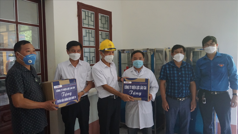 Lãnh đạo Công ty Điện lực Lào Cai tặng quà cho Trạm Y tế xã Nậm Tha