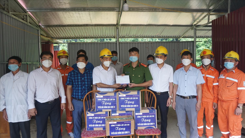 Tặng quà, khẩu trang cho chốt phòng chống dịch tiếp giáp với huyện Văn Yên, tỉnh Yên Bái