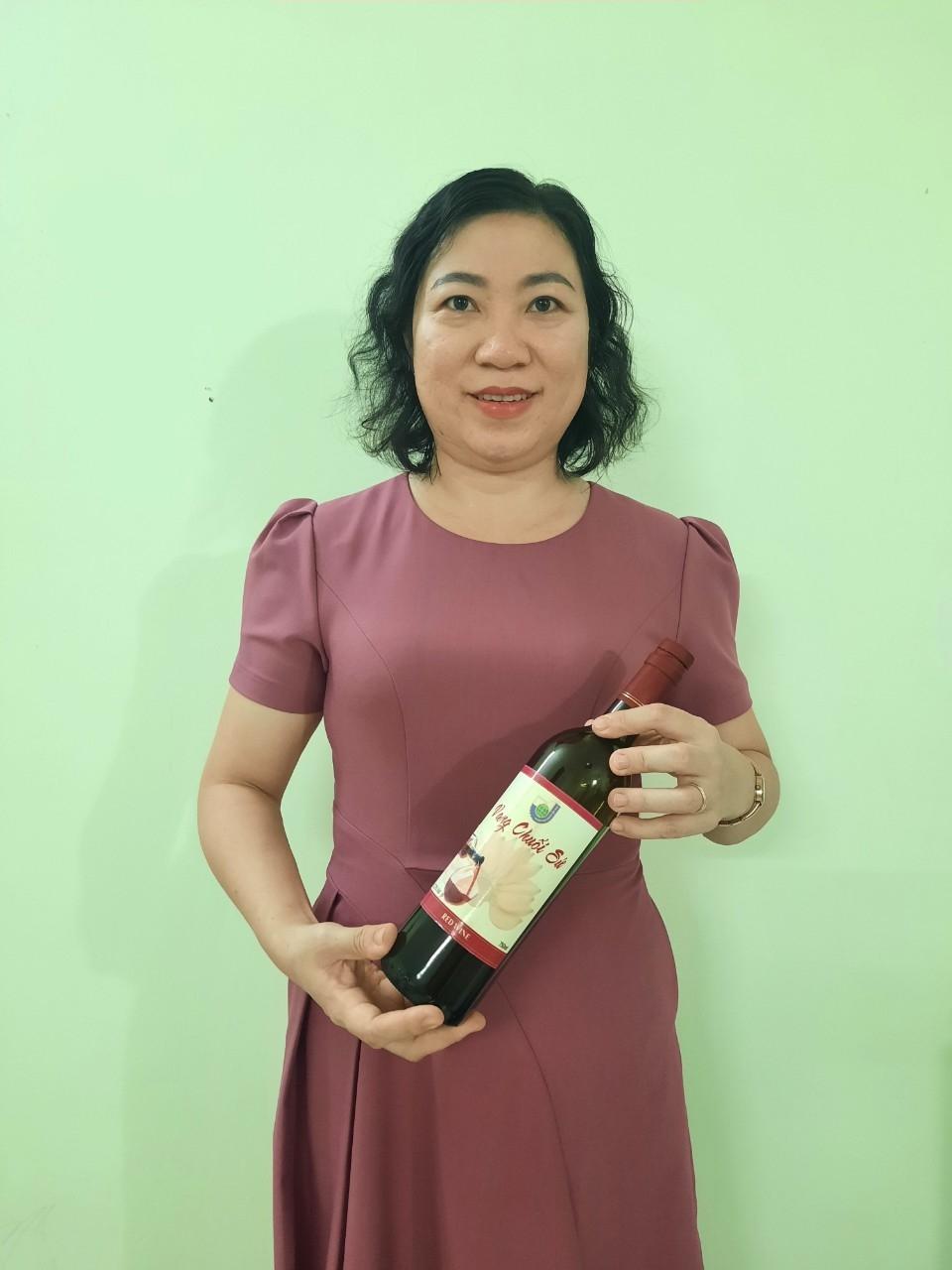 """Thạc sĩ Phạm Thị Ngọc Thùy với sản phẩm """"Rượu vang chuối sứ"""""""