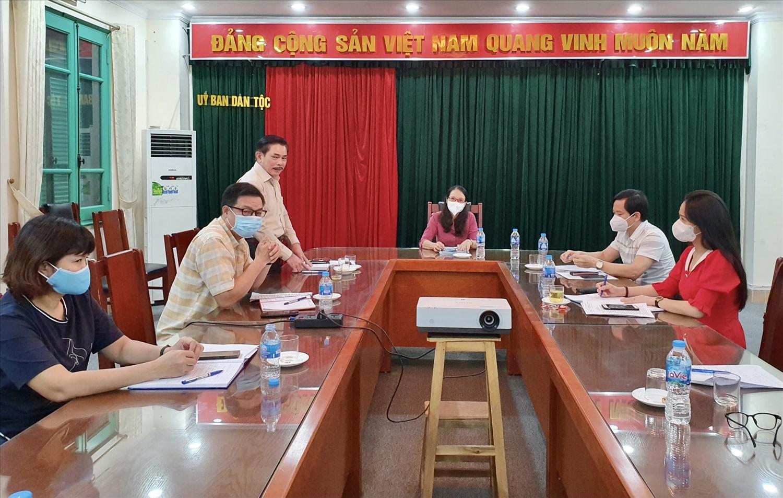 Tổng Biên tập Báo Dân tộc và Phát triển Lê Công Bình báo cáo với Thứ trưởng, Phó Chủ nhiệm Hoàng Thị Hạnh về kết công tác của Báo trong 8 tháng năm 2021