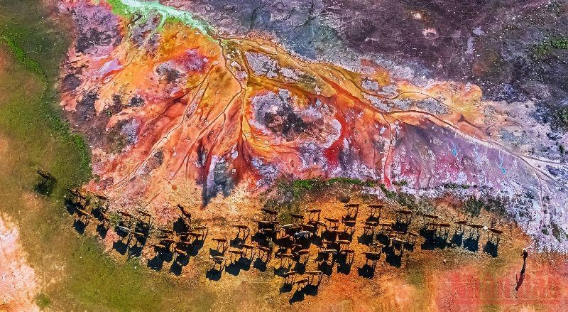 Đến khi nước cạn, khu vực Bến Nôm cũng hiện ra những điểm khô cằn đầy vết loang do ô nhiễm môi trường