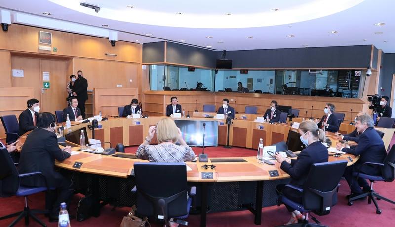 Quang cảnh hội đàm giữa Chủ tịch Quốc hội Vương Đình Huệ và Chủ tịch Nghị viện châu Âu David Sassoli.